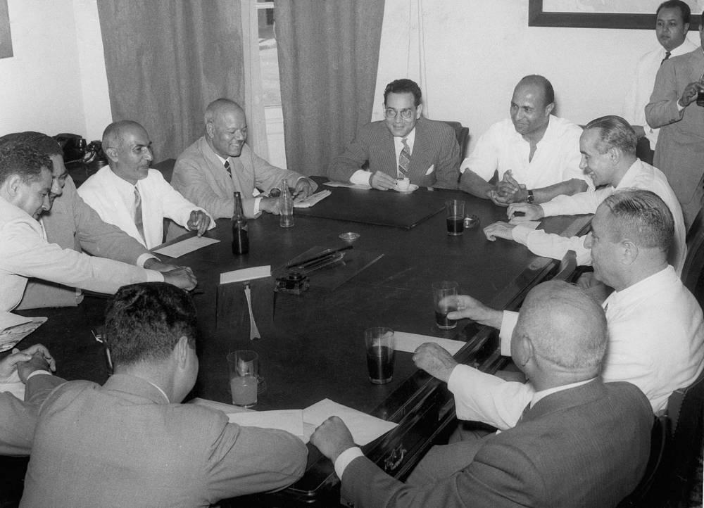 В том же году была создана Администрация Суэцкого канала (Suez Canal Authority) - независимое юридическое лицо, ответственное перед правительством Египта. На фото: первое собрание совета директоров Суэцкого канала, 1 августа 1956 года