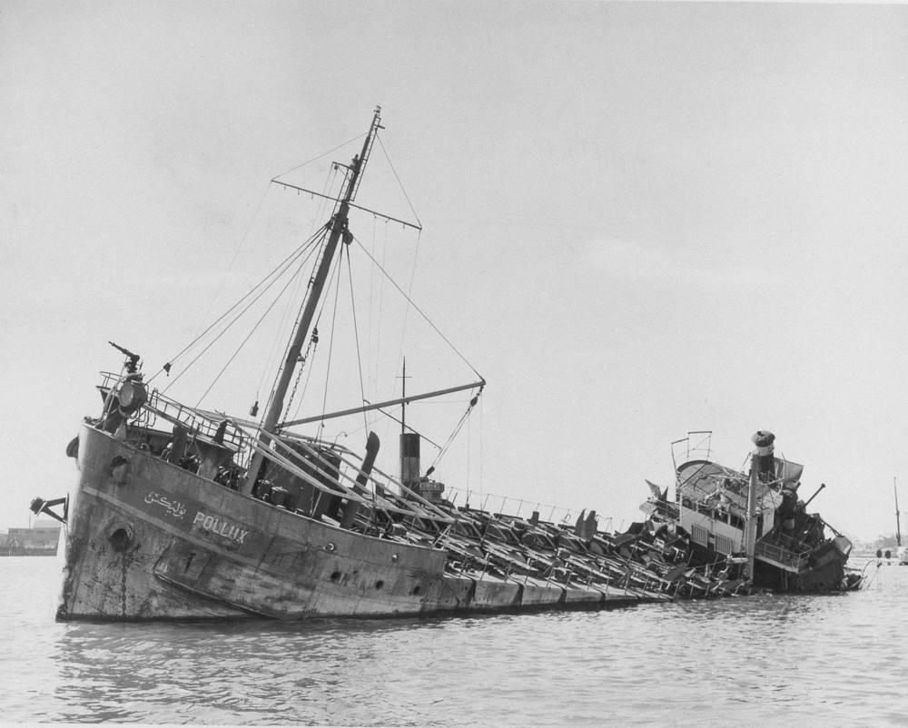 Национализация канала привела к вторжению британских, французских и израильских войск и началу Суэцкой военной кампании (октябрь 1956 - март 1957 года). Канал был частично разрушен, часть кораблей потоплена. На фото: затонувшее судно, 12 ноября 1956 года