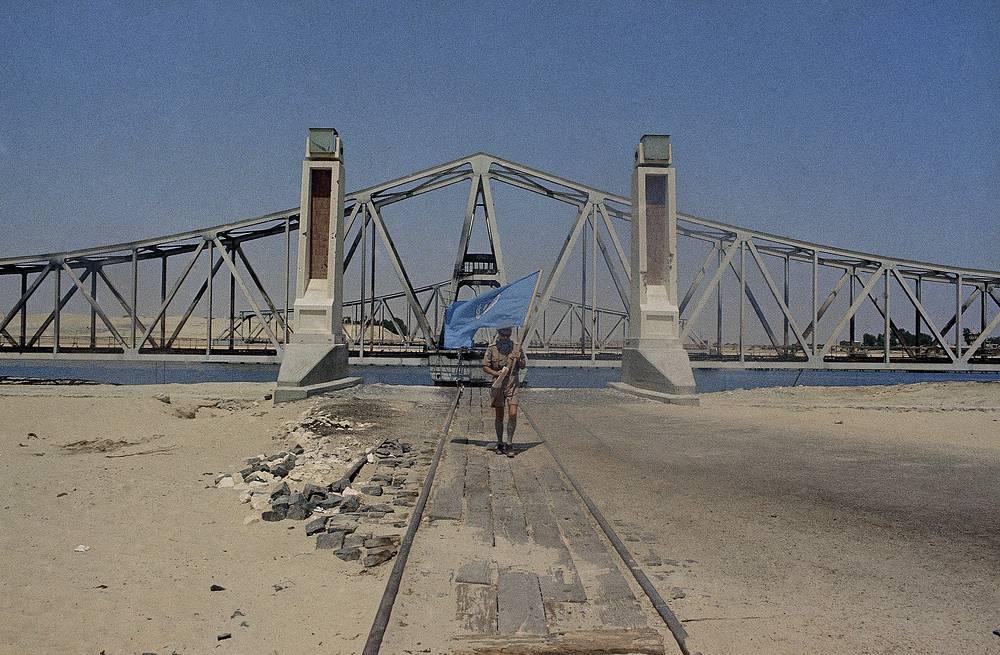 Судоходство было закрыто до 10 апреля 1957 г., пока канал не был расчищен с помощью сил ООН. На фото: сотрудник ООН у Суэцкого канала