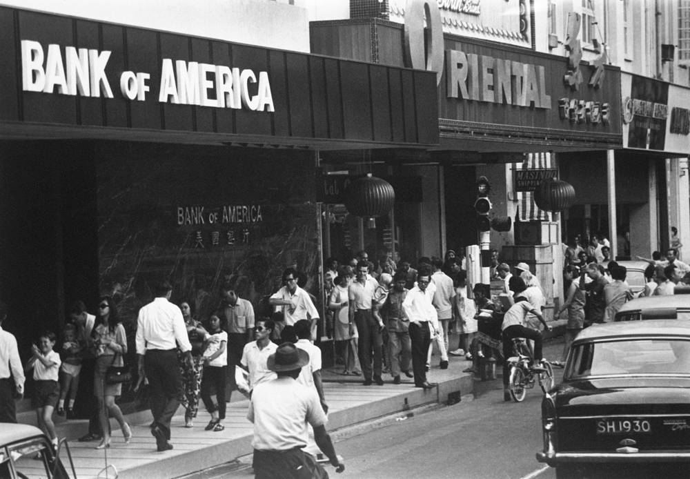 По инициативе Ли Куан Ю в стране был создан Центральный фонд сбережений, в который каждый сингапурец должен был ежемесячно отчислять 20% своего заработка. Накопленные финансовые средства позволили осуществить пенсионные программы, развивать систему здравоохранения, вести жилищное строительство. На фото: Раффлз плейс, 1968 год