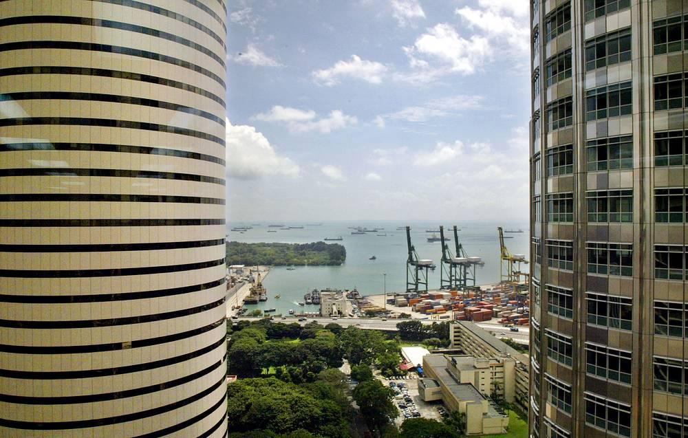 Морской порт страны принадлежит к числу самых крупных в мире, кроме того, он неоднократно признан лучшим и наиболее экологичным в Азии