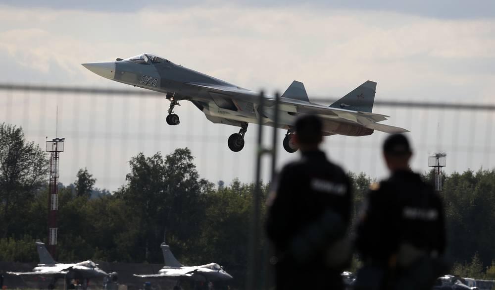 Российский многоцелевой истребитель пятого поколения ПАК ФА (Т-50). Серийные поставки самолета в войска запланированы на 2016 год, а первые укомплектованные им авиационные части появятся в России к 2020 году