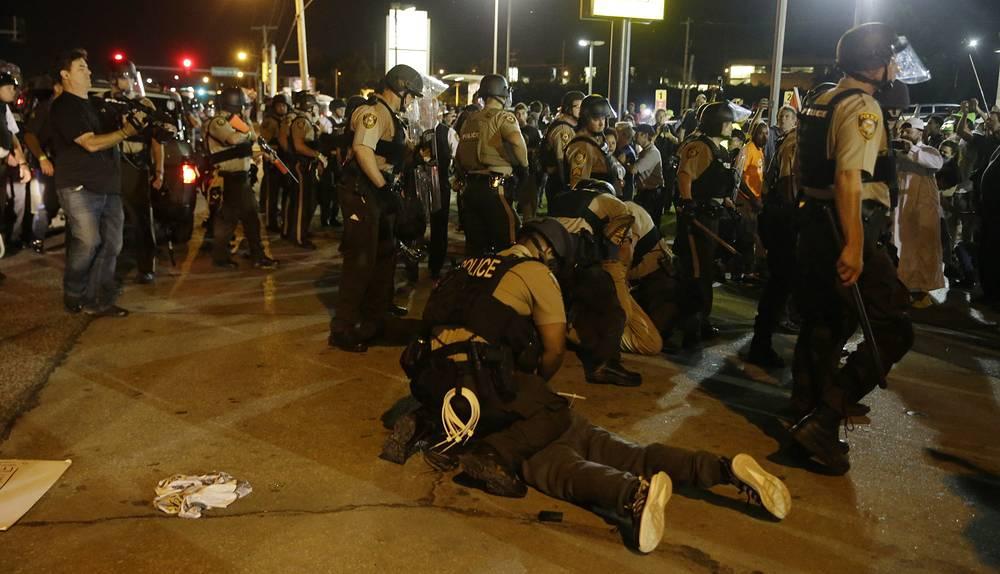 """""""До Фергюсона полиция (в США) была неприкасаемой в политическом плане. Фергюсон это изменил"""", - заявил The Washington Post профессор права в столичном Джорджтаунском университете, бывший федеральный прокурор Пол Батлер"""