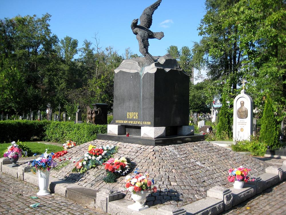 """Мемориал морякам, погибшим на АПРК """"Курск"""", установленный на Серафимовском кладбище в Санкт-Петербурге"""