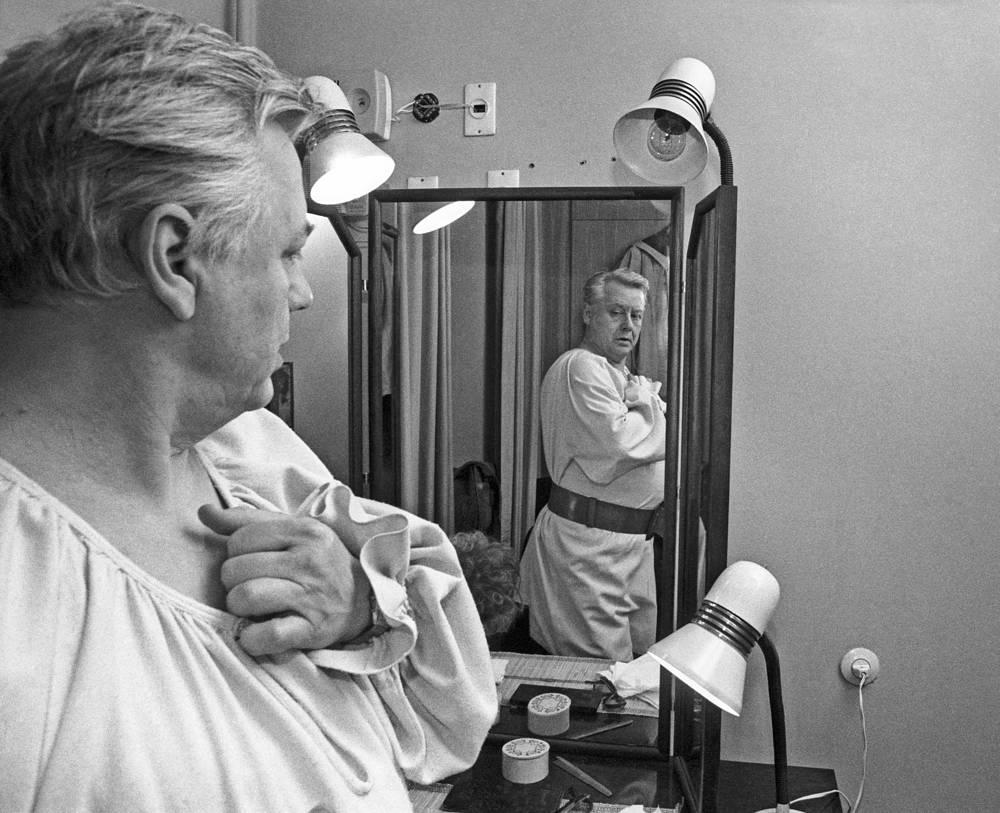 Олег Табаков в гримерной комнате театра МХАТ имени Чехова, 1989 год