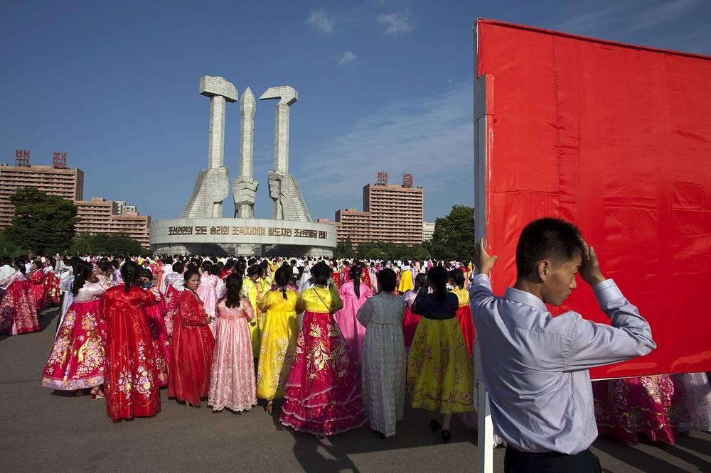Полная изоляция страны от всего мира привела к тому, что туризм в Пхеньяне развит довольно слабо. В основном туристы приезжают из Китая. На фото: монумент в честь основания Трудовой партии Кореи