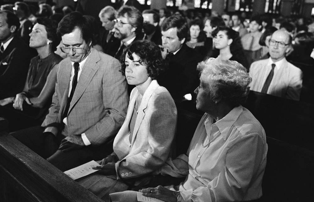 Мать Саманты Джейн Смит (на переднем плане вторая справа) на поминальной службе по дочери и мужу в церкви Святой Марии 28 августа 1985 года в Огасте, штат Мэн. В катастрофе погибли также оба пилота и еще четверо пассажиров
