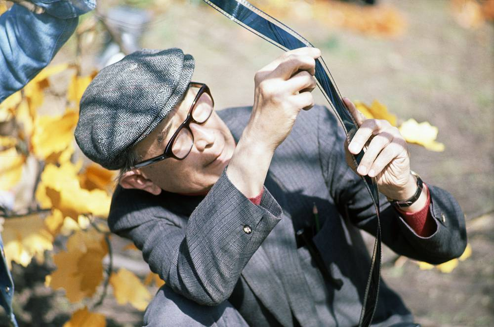 """Японский режиссер Акира Куросава просматривает отснятый материал советско-японского фильма """"Дерсу Узала"""". Лента получила """"Оскар"""" в 1975 году"""