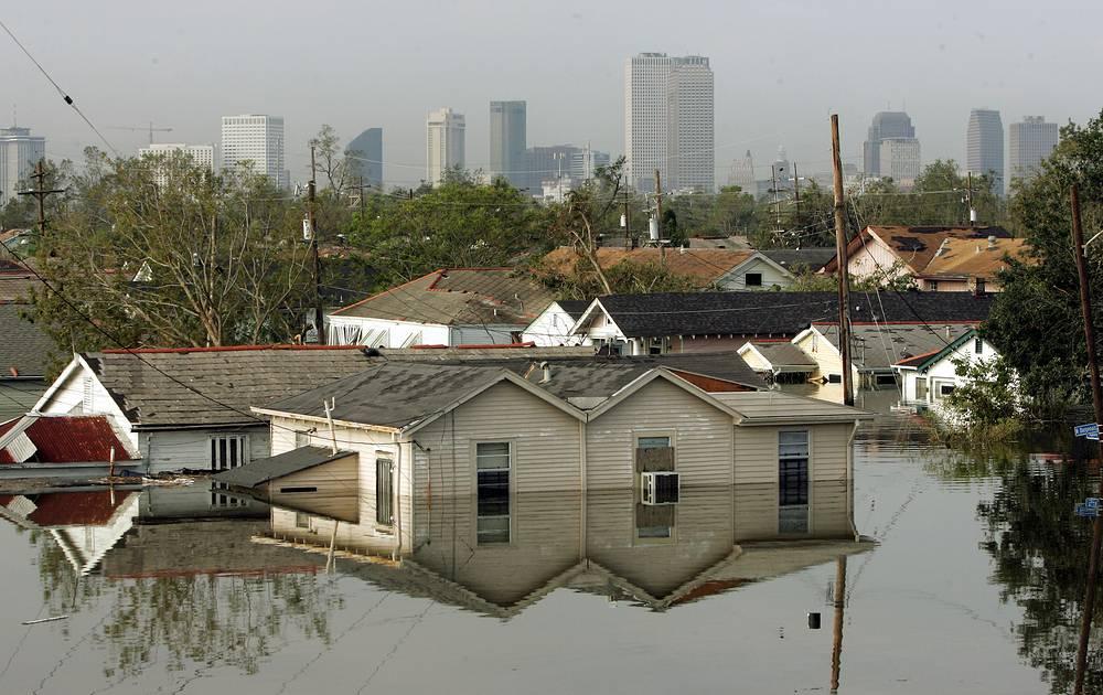 Улица 8 Уорд, окруженная водой в затопленном Новом Орлеане, 04:00, 30 августа. Вода продолжает прибывать
