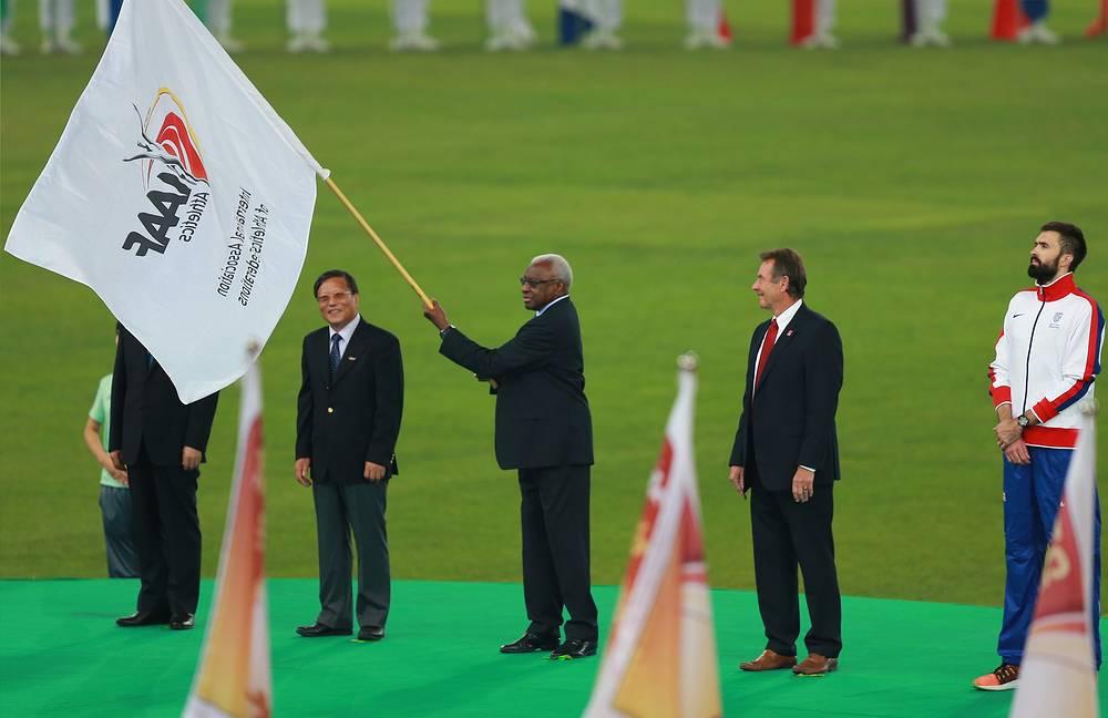 Мэр Пекина Го Цзиньлун, глава Международной ассоциации легкоатлетических федераций (IAAF) Ламин Диак, мэр Лондона Борис Джонсон и великобританский спортсмен Мартин Руни