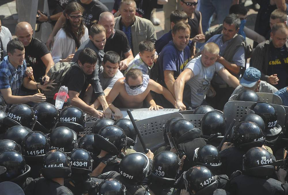 Глава МВД Украины Арсен Аваков заявил, что в Киеве задержали около 30 протестующих