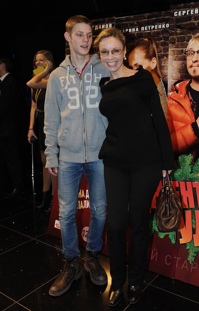 """Марина Зудина с сыном Павлом перед премьерой фильма """"Джентльмены, удачи!"""", 2012 год"""