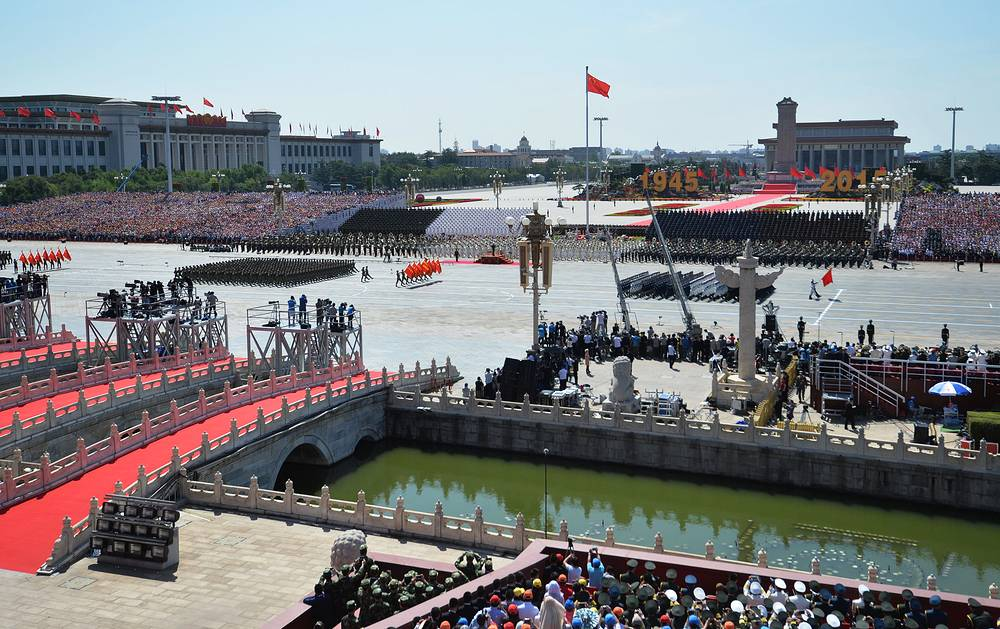 """Председатель КНР также отметил, что современный мир далек от спокойствия. """"Война - это тот дамоклов меч, который все еще висит над человечеством. Мы должны извлечь уроки из истории и посвятить себя миру"""", - заявил он. На фото: парад на площади Тяньаньмэнь"""