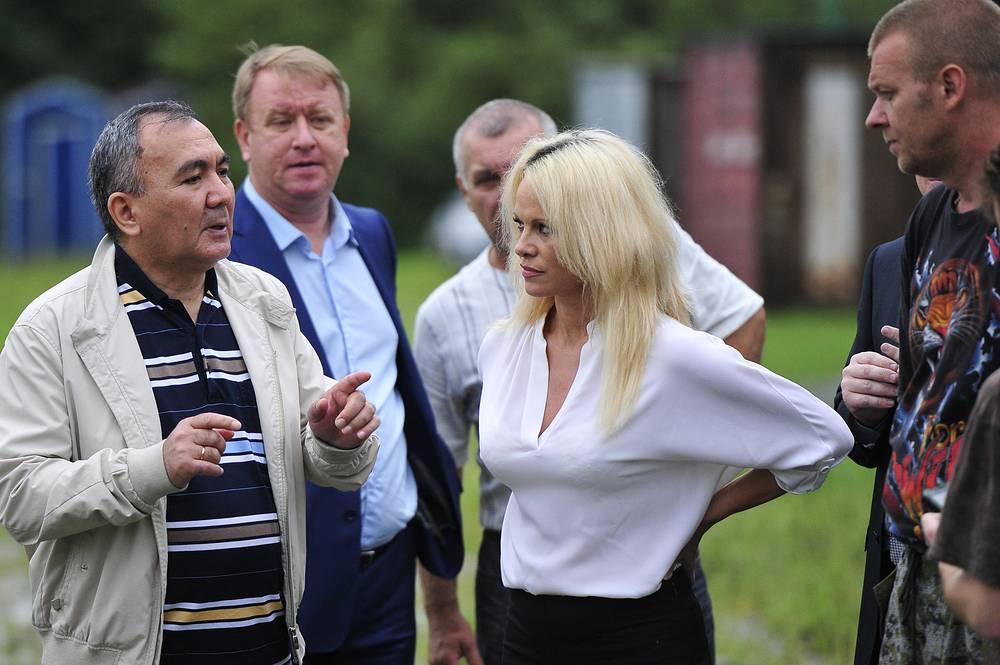 Голливудская актриса и защитница животных Памела Андерсон во время посещения реабилитационного центра в поселке Алексеевка, куда отвезли зверей из затопленного зоопарка в Уссурийске