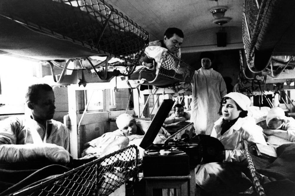 Северо-Западный фронт. Раненые солдаты слушают патефон в вагоне санитарного поезда, 1941 год