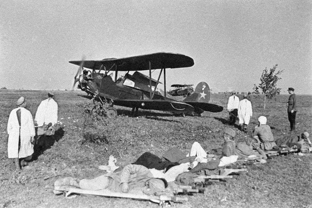 Самолеты санитарной авиации вывозят раненых в тыловые госпитали, 1943 год