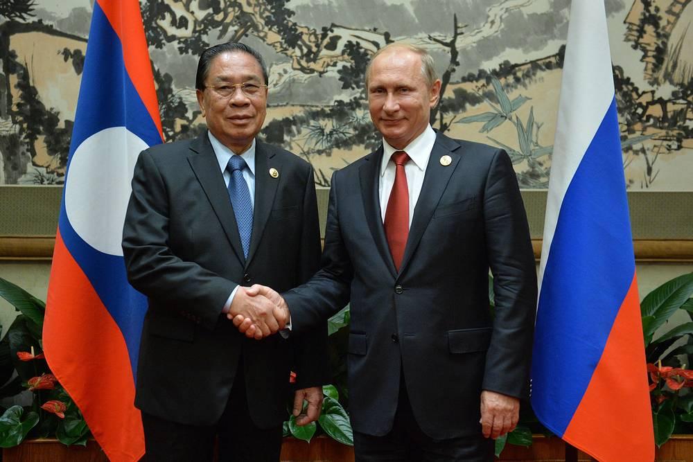 Президент Лаосской Народно-Демократической Республики Тюммали Сайнясон и президент РФ Владимир Путин