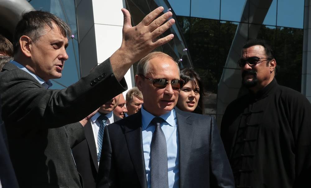 Президент РФ Владимир Путин и американский актер Стивен Сигал (справа) в Приморском океанариуме, Владивосток, 4 сентября