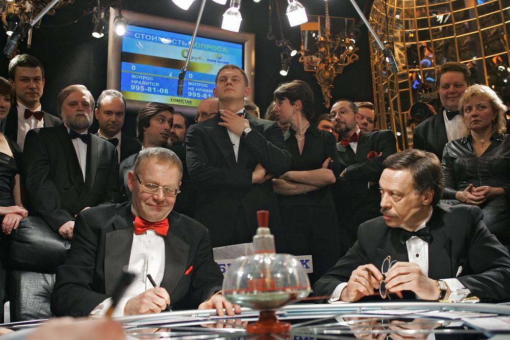 Член команды знатоков композитор Александр Журбин и капитан команды Михаил Барщевский (слева направо на первом плане), 2005 год