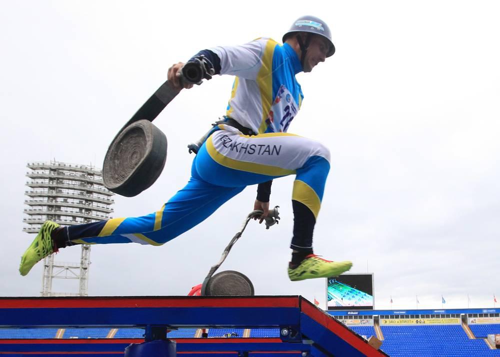 Преодоление 100-метровой полосы с препятствиями среди мужчин на XI чемпионате мира по пожарно-спасательному спорту в Санкт-Петербурге, 8 сентября