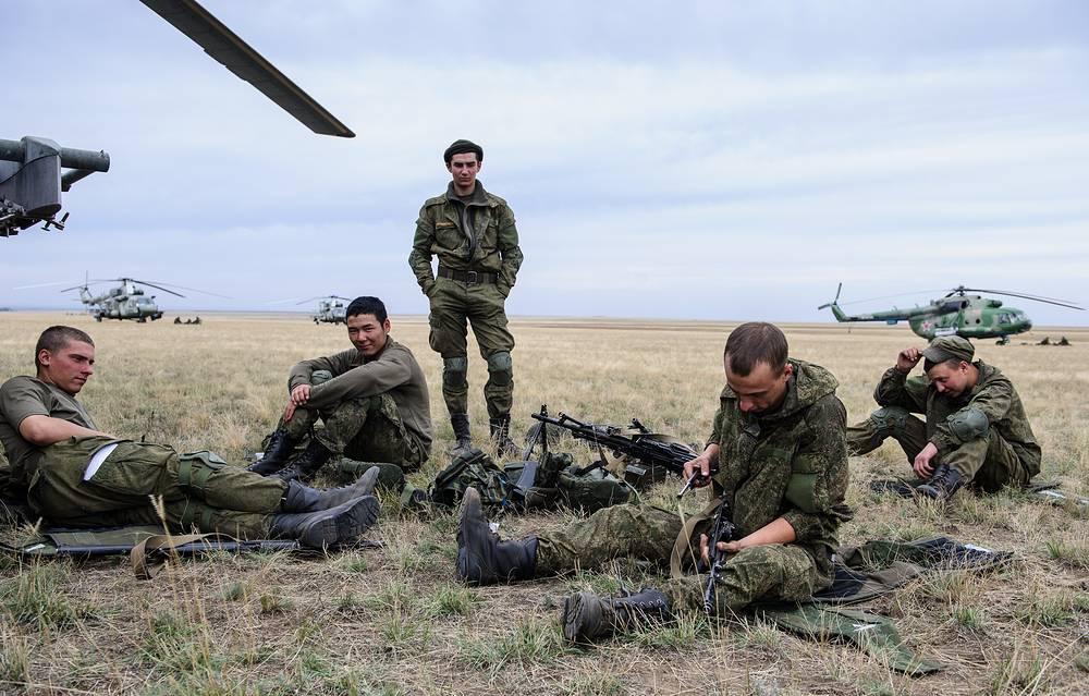 Проверка стрелкового оружия и обмундирования перед отправкой на задание