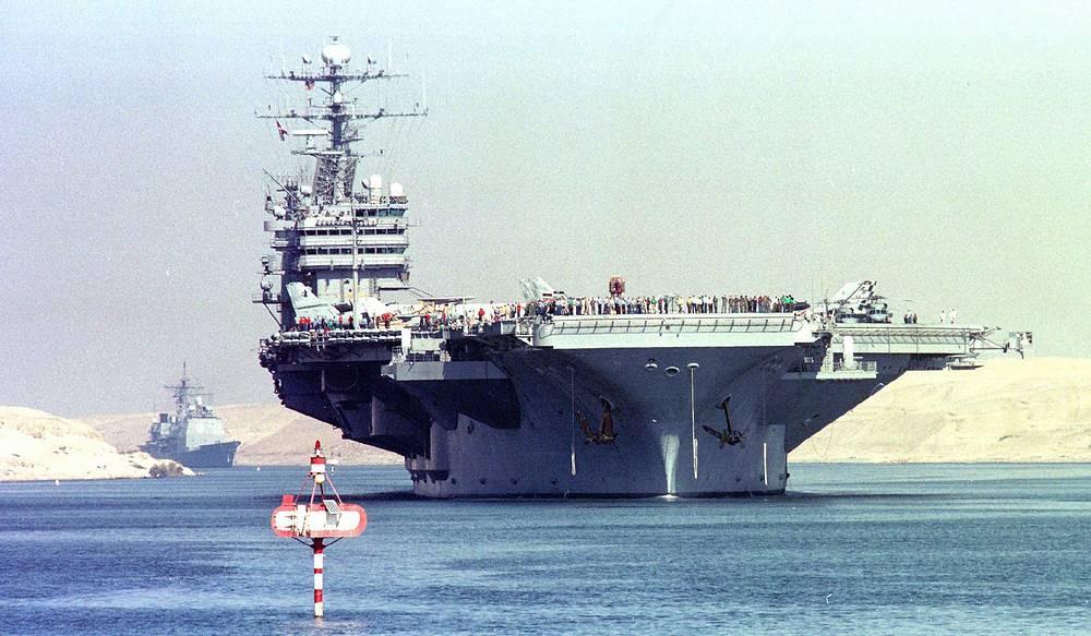 """Американский авианосец """"Джордж Вашингтон"""". Шестой корабль типа """"Нимиц"""". Назван в честь первого президента США Джорджа Вашингтона. 11 сентября 2001 года, в момент атаки террористов на Всемирный торговый центр """"Джордж Вашингтон"""" находился недалеко от берегов Виргинии. Уже на следующий день он прибыл в акваторию Нью-Йорка и обеспечивал безопасность воздушного пространства города и прилегающих районов"""