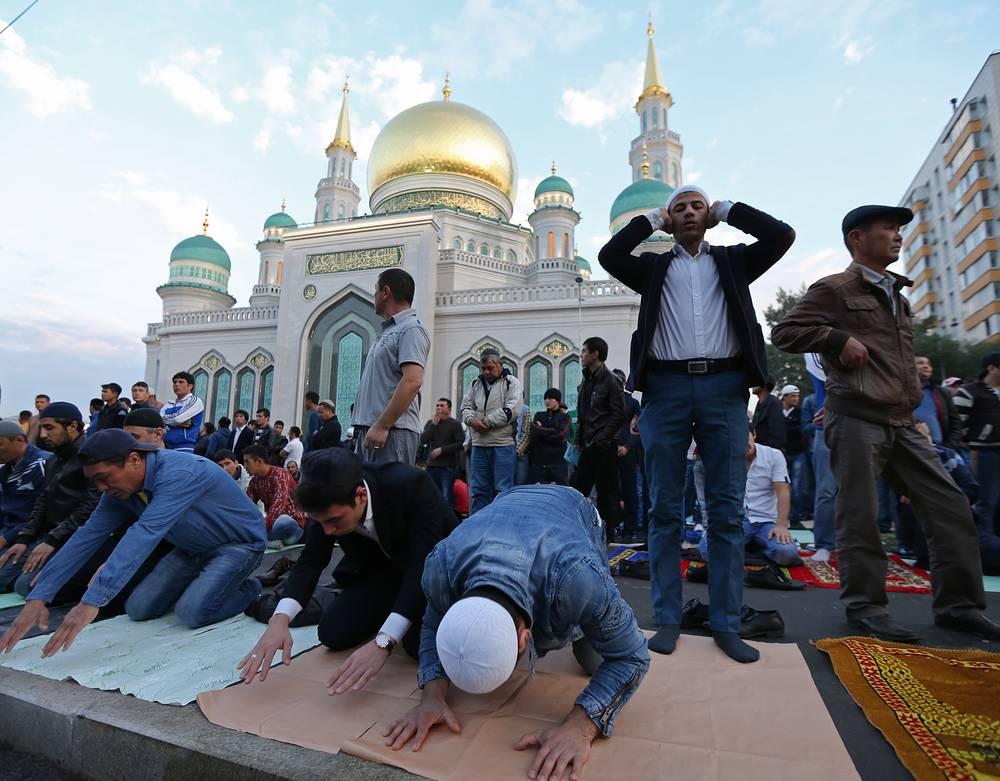 Проповедь начинается с прославления Аллаха и пророка Мухаммеда, затем разъясняется значение обряда жертвоприношения. На фото: площадь у Соборной мечети в Москве