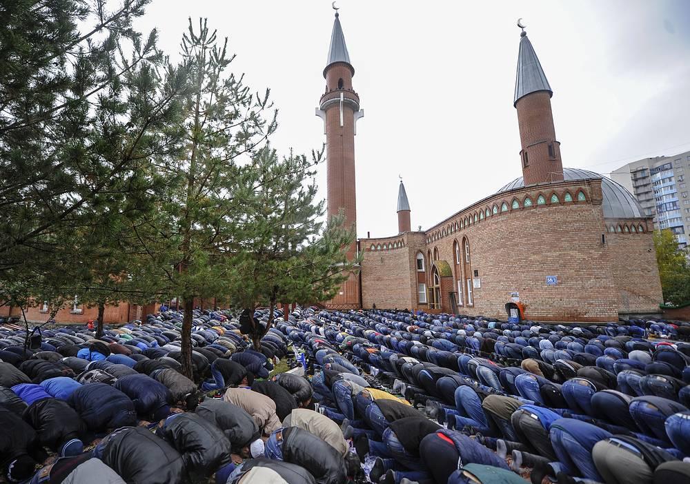 Курбан-байрам отмечается через 70 дней после праздника Ураза-байрам. На фото: мусульмане молятся в день праздника у Соборной мечети в Новосибирске