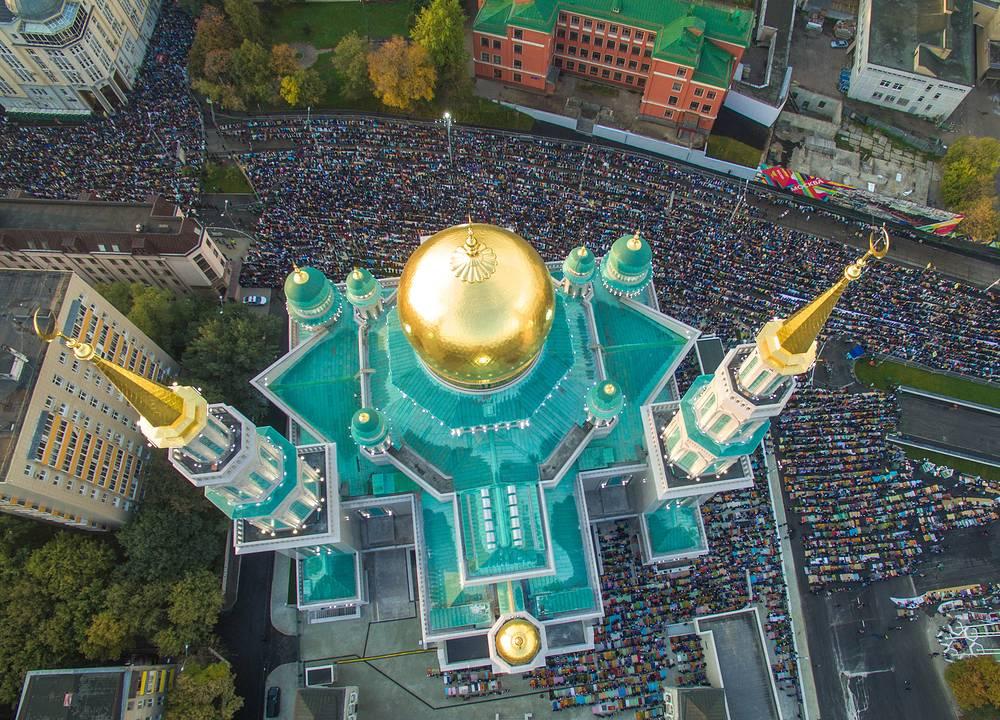 Мусульмане молятся в день праздника жертвоприношения Курбан-байрам у Московской Соборной мечети, 24 сентября