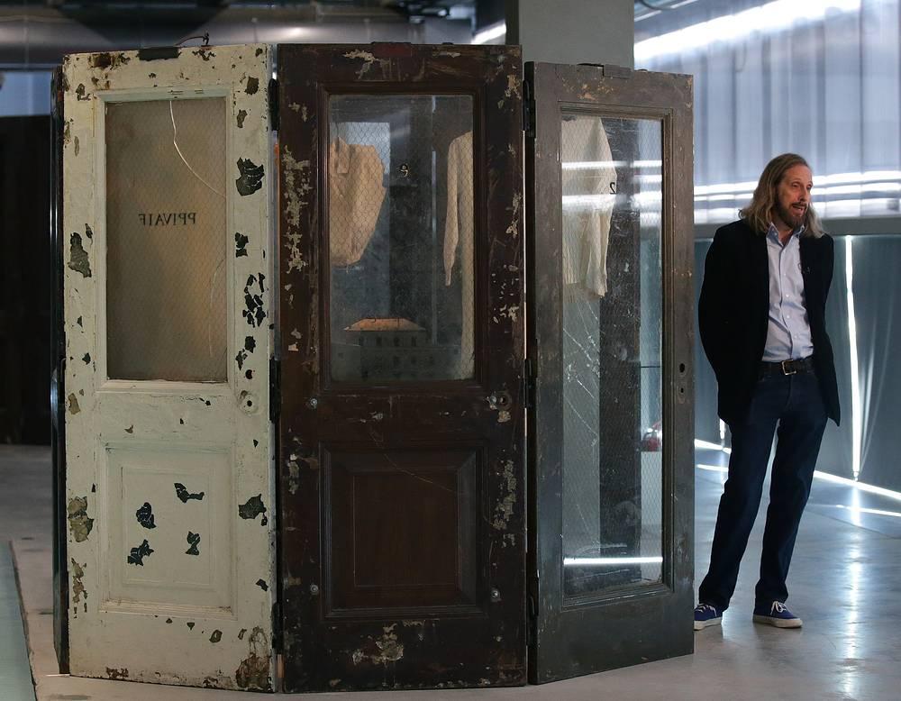 """Президент Фонда Луиз Буржуа Джерри Горовой на выставке """"Луиз Буржуа. Структуры бытия: клетки"""""""