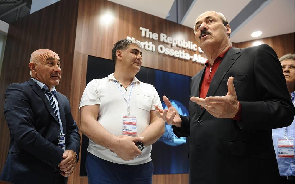 Глава Республики Дагестан Рамазан Абдулатипов (справа)