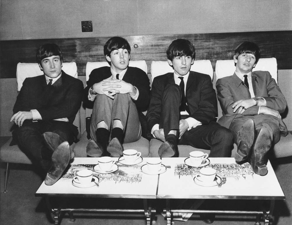 Группа The Beatles в полном составе перед концертом в Лондоне. Слева направо: Джон Леннон, Пол Маккартни, Джордж Харрисон и Ринго Старр, 1963 г.