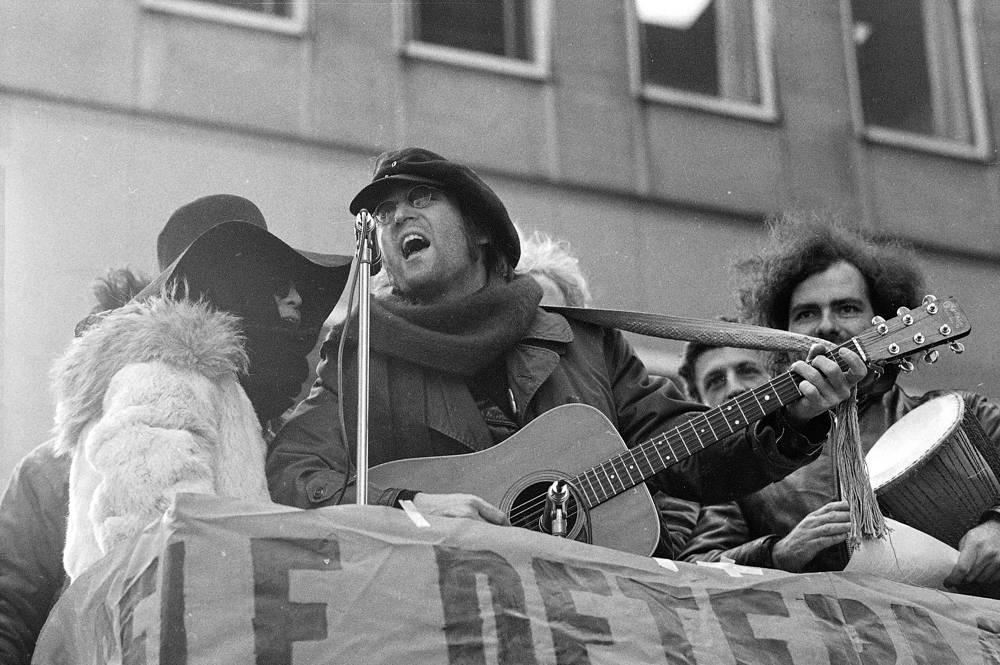 Джон Леннон и Йоко Оно выступают во время демонстрации в Нью-Йорке. Демонстранты призывали вывести британские войска из Северной Ирландии, 1972 г.