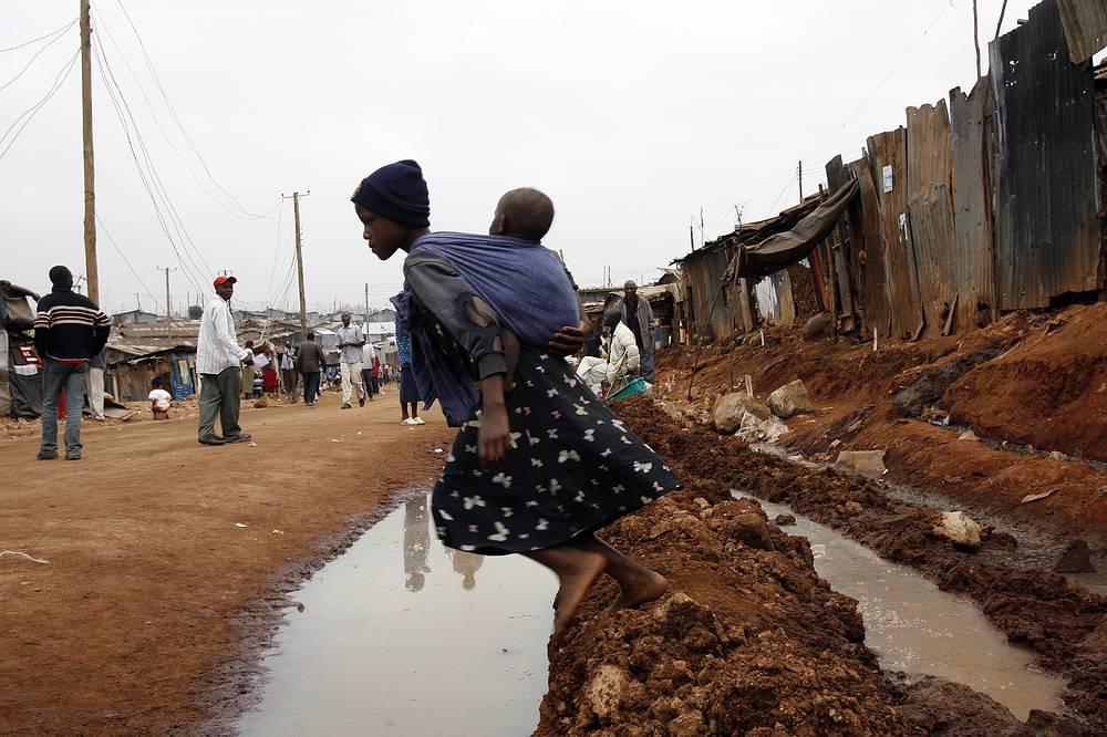 В 2012 году каждая третья девочка, выданная замуж, стала жертвой эмоционального, физического или сексуального насилия, совершенного мужем или партнером. При этом большинству девочек не было 15 лет. На фото: девушка с братом в трущобах Найроби, Кения, 2009 год