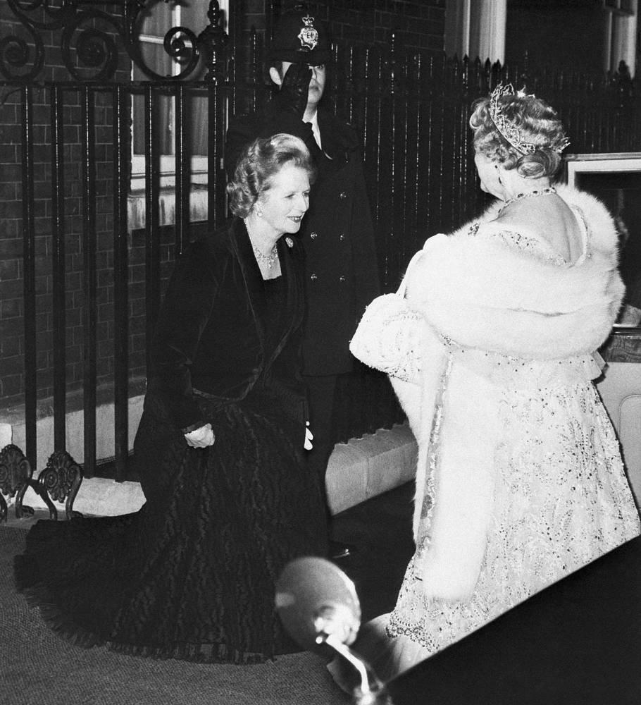 По итогам выборов 1987 года Маргарет Тэтчер впервые в истории современной Великобритании осталась премьер-министром на третий срок подряд. На фото: Маргарет Тэтчер и королева Елизавета II у резиденции британских премьер-министров на Даунинг-стрит, 10, 12 ноября 1980 года