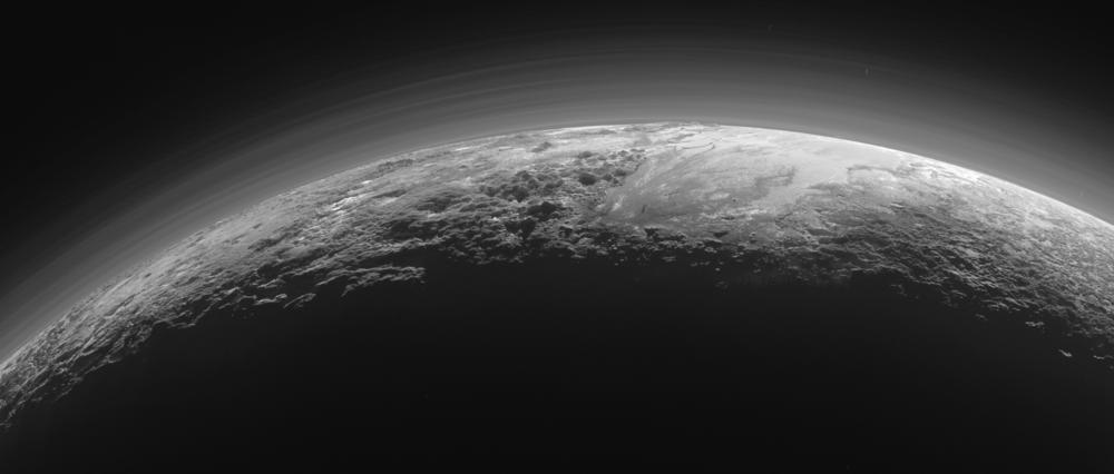 Удаленность Плутона и его маленькая масса делают трудными его исследования с помощью космических аппаратов. 14 июля 2015 года аппарат NASA New Horizons максимально сблизился с Плутоном. Автоматическая межпланетная станция приблизилась на расстояние в 12 500 км. Разрешение снимков - 30 метров на пиксель. На фото: снимок Плутона, 14 июля 2015 года