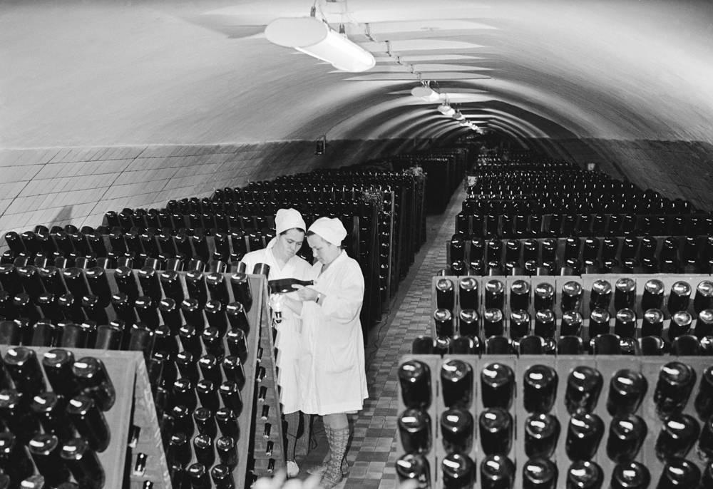 """Подземные кладовые совхоза """"Абрау-Дюрсо"""", 1969 год"""