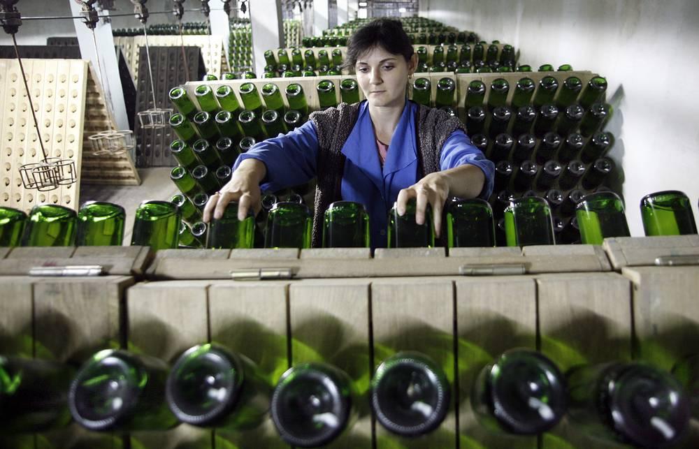 К апрелю 2008 года проектная мощность завода увеличена в 3,5 раза до 14 млн бутылок год. В цехе шампанизации, 2008 год