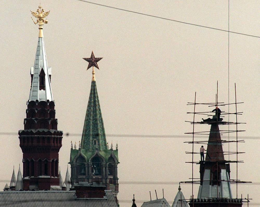 В 1990-х годах пара орлов вернулась к Кремлю. Две копии, изготовленные по сохранившимся чертежам, были установлены на главные башни Исторического музея. На фото: вид на Исторический музей, 1997 год
