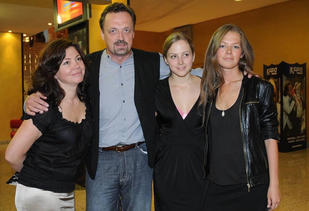 Гусев с супругой Ольгой (слева) и дочерьми