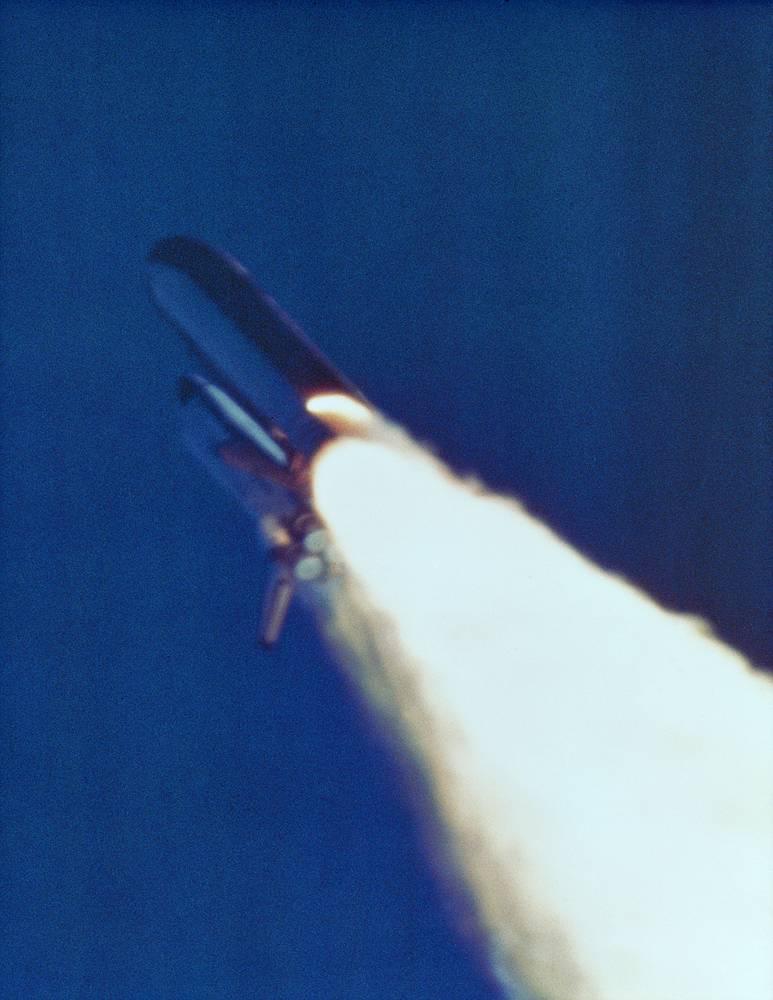 Выброс пламени из правого ускорителя. 58,778 секунды после старта