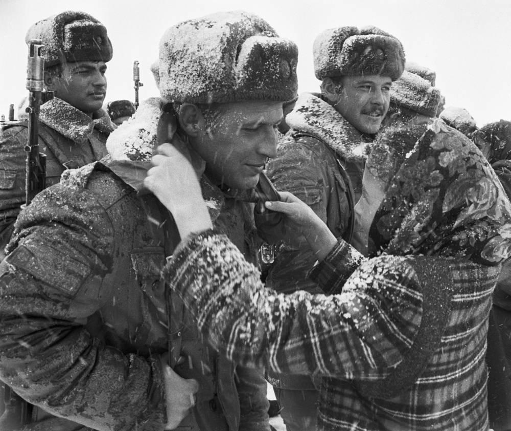 Девочка дарит воинам-интернационалистам пионерский галстук на память о встрече в Кушке. Туркменская ССР, 1989 год