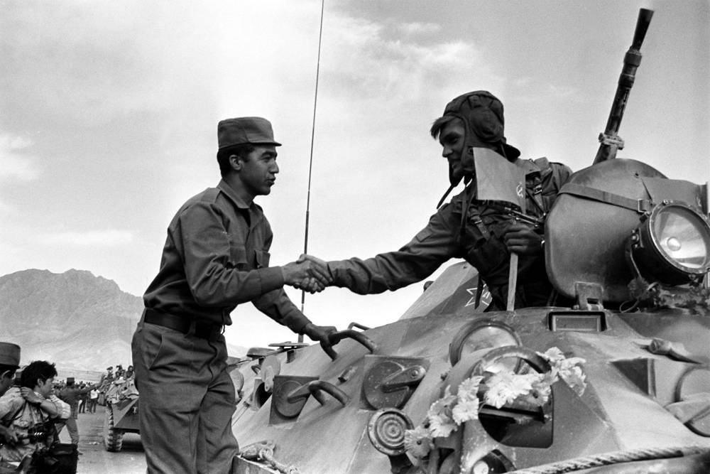 Проводы советских воинов в Джелалабаде. Афганистан, 1988 год