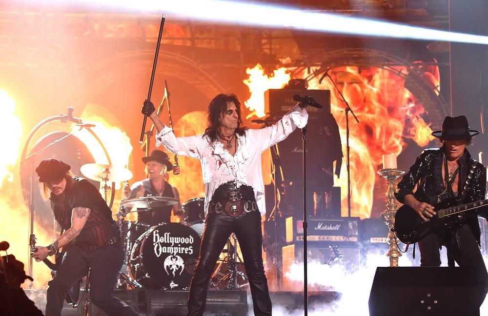 Выступление группы The Hollywood Vampires, которая была основана в прошлом году Джонни Деппом (слева) и Элисом Купером (в центре)