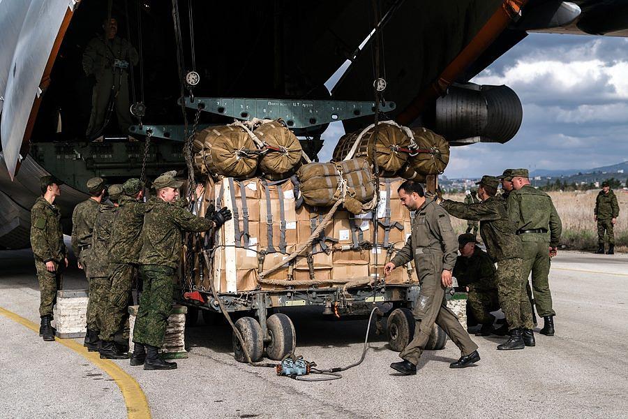 Принятие груза с военно-транспортного самолета Ил-76МД