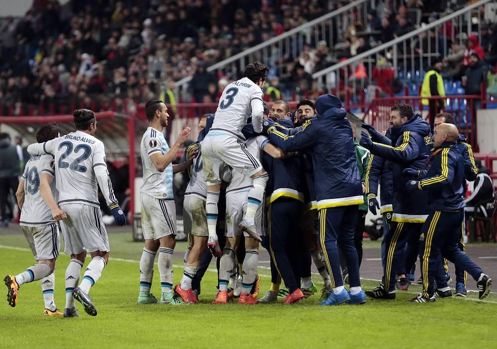 Радость игроков турецкой команды после выхода в 1/8 финала Лиги Европы