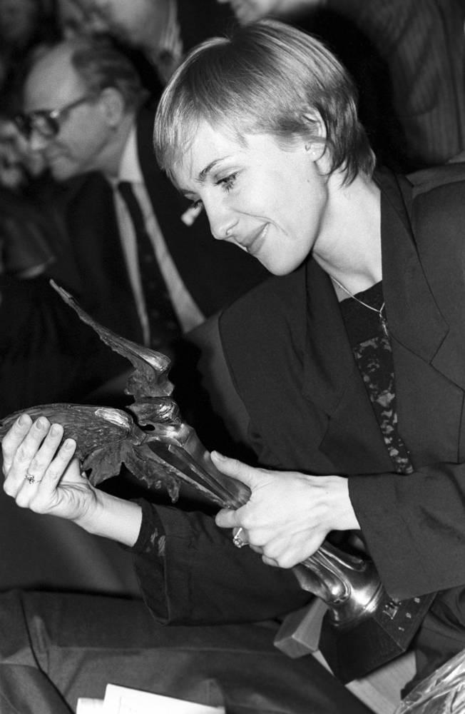 """Церемония вручения профессиональных призов """"Ника"""" в Центральном доме киноактера, где актриса получила приз за роль в фильме """"Интердевочка"""", 1990 год"""