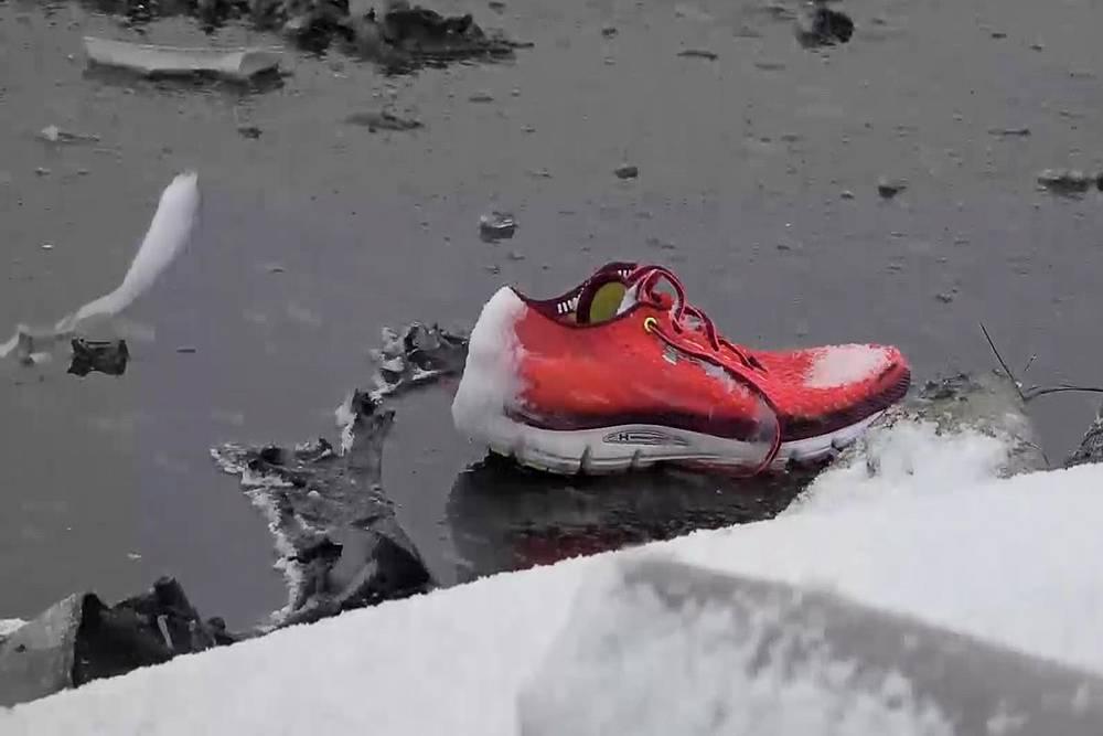 Кроссовок одного из пассажиров на месте крушения пассажирского самолета Boeing 737-800 авиакомпании FlyDubai, следовавшего по маршруту Дубай - Ростов-на-Дону. Пассажирский самолет разбился при посадке в аэропорту. В результате крушения погибли 62 человека, 19 марта