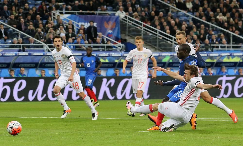 Счет во встрече был открыт уже на восьмой минуте. Отличился дебютант французской сборной Н`Голо Канте (второй справа)