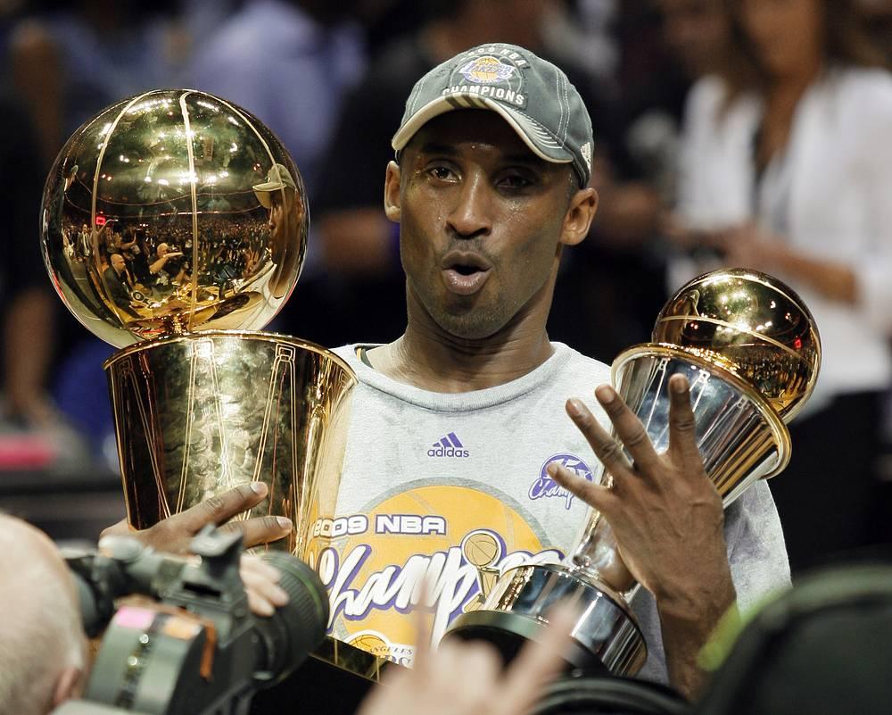 """С трофеями после победы над """"Орландо"""" в финале плей-офф НБА-2008/09"""